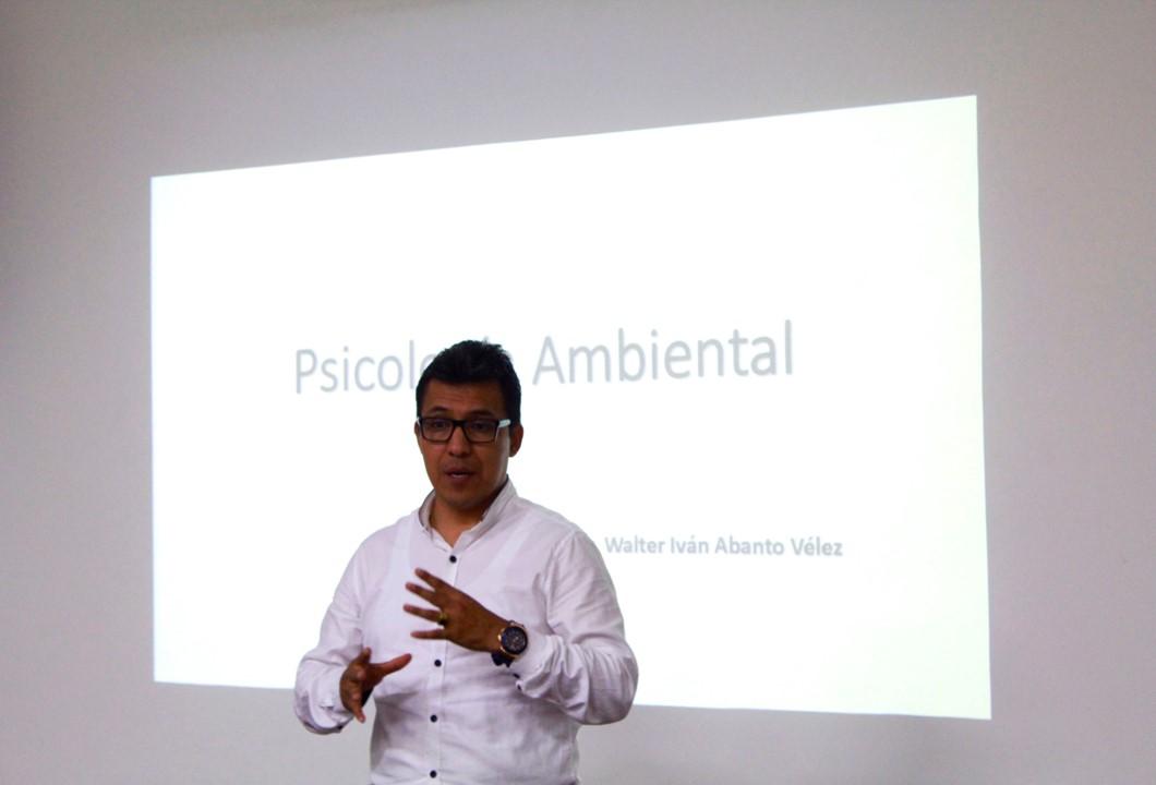 El Profesor e Investigador Walter Abanto de la Universidad Cesar Vallejo del Perú, Visitó la UNIAJC.